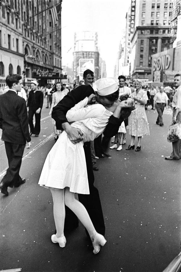 Sailor kissing nurse in Times Square on VJ Day, Alfred Eisenstaedt